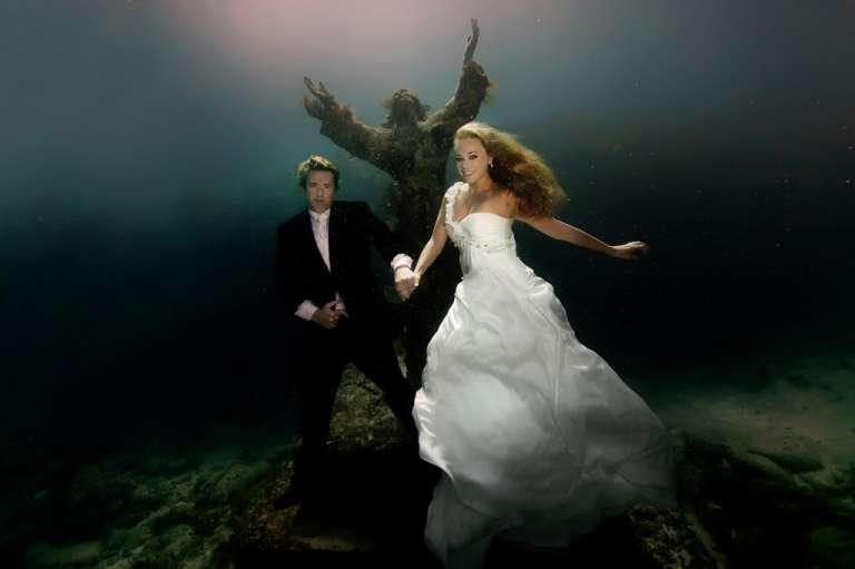 Underwater fashion shooting-wedding dress